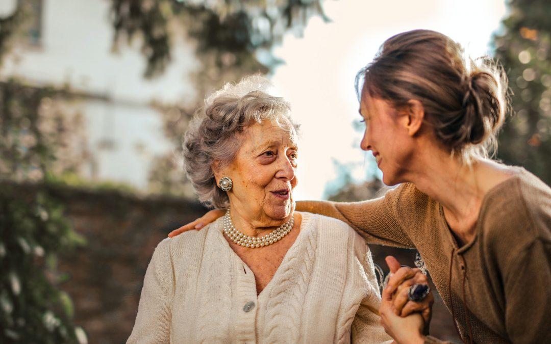 La importancia de la escucha activa en personas mayores